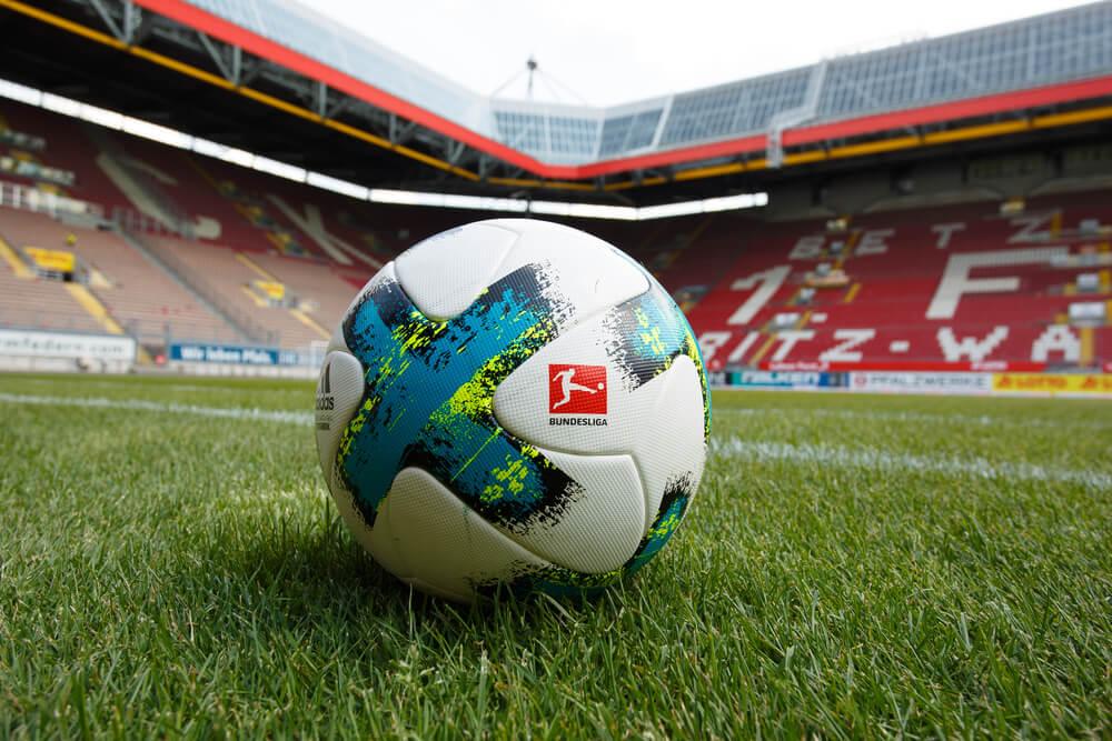 oficjalna piłka bundesligi na murawie jednego ze stadionów piłkarskich