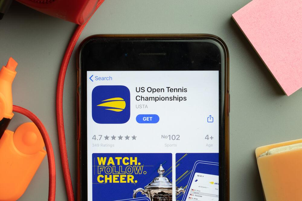 aplikacja mobilna us open na smartfonie
