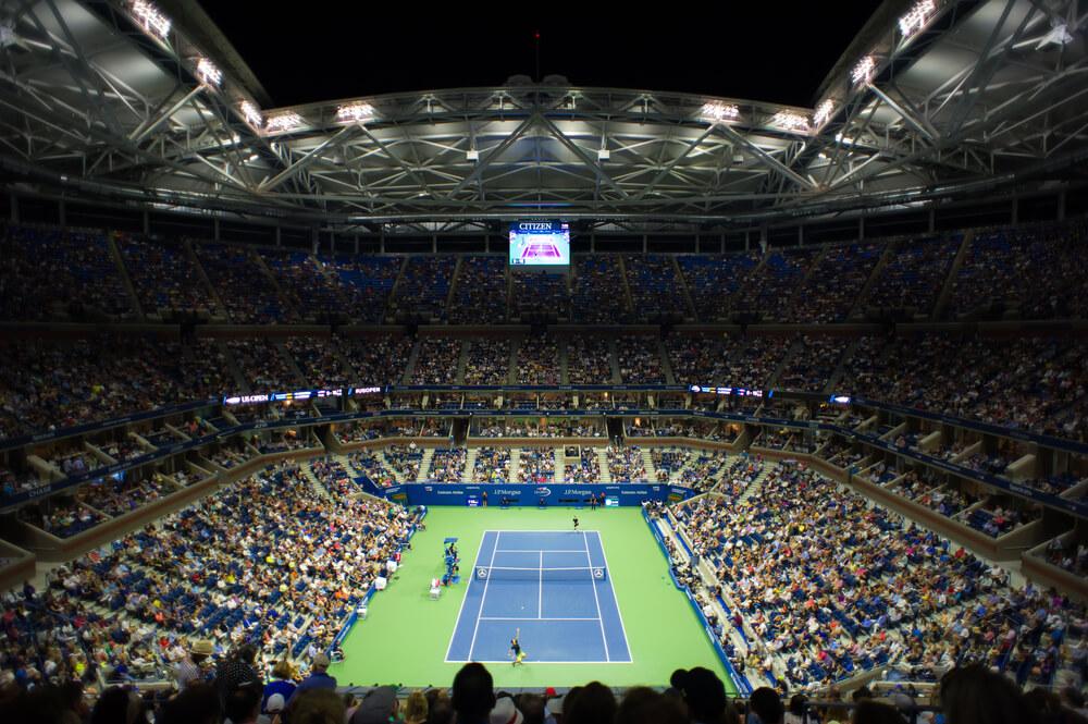 pełny stadion i kort tenisowy podczas us open
